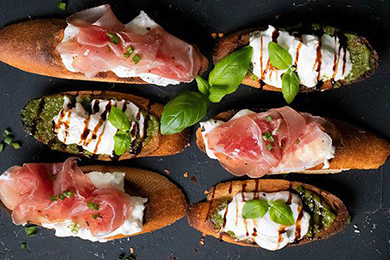 Crostini mit Burrata und Mandelpesto oder mit Burrata und Rohschinken