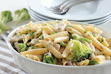 Piatto di pollo cremoso con broccoli