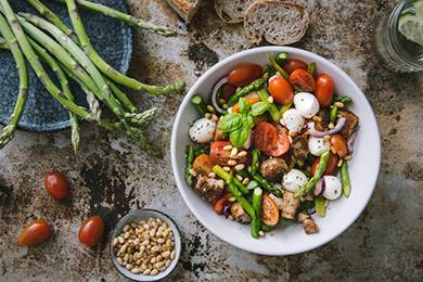Insalata primaverile di pomodori e mozzarella con asparagi